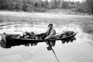 Martin Sjölander med tegellastad roddbåt